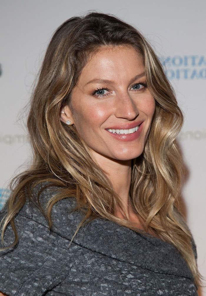 schöne Haarfarbe - ein sprödes Haar mit Balayage Effekt, junge Frau mit grauer Bluse