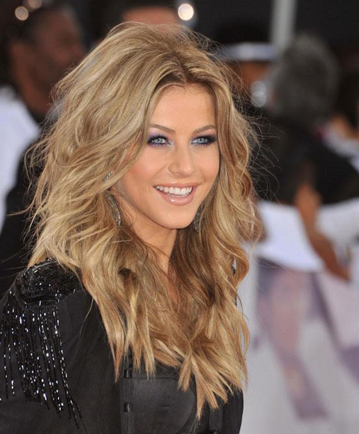 ein Mädchen mit lässiger Frisur, gekraustes Haar und blauen Augen - schöne Haarfarbe