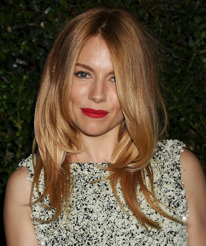 hellbraun Haarfarbe - eine Schauspielerin mit langen Haar und eine schöne Bluse
