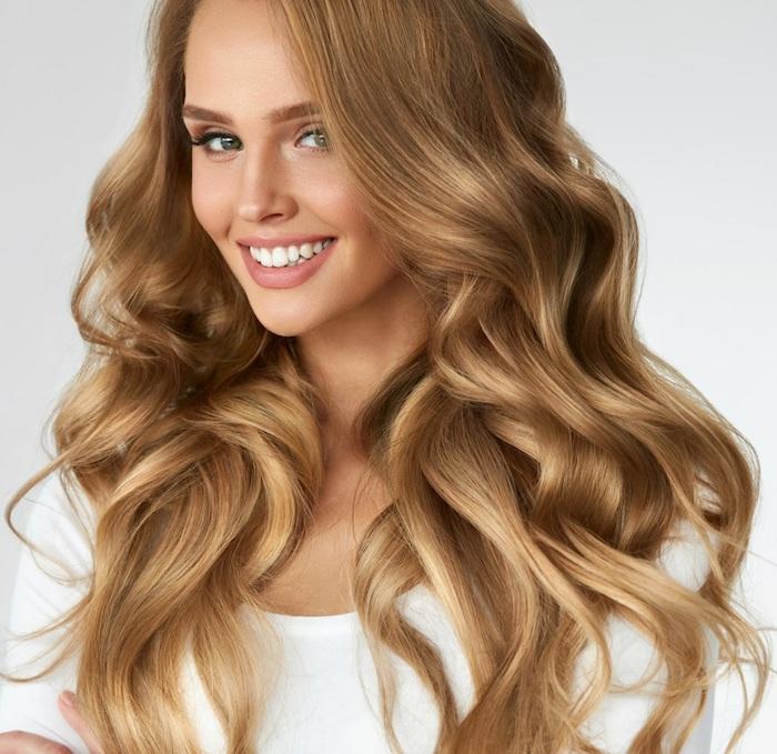 Hellbraun Haarfarbe - ein Mädchen mit wunderschönen Haar, mit einer weißen Bluse gekleidet