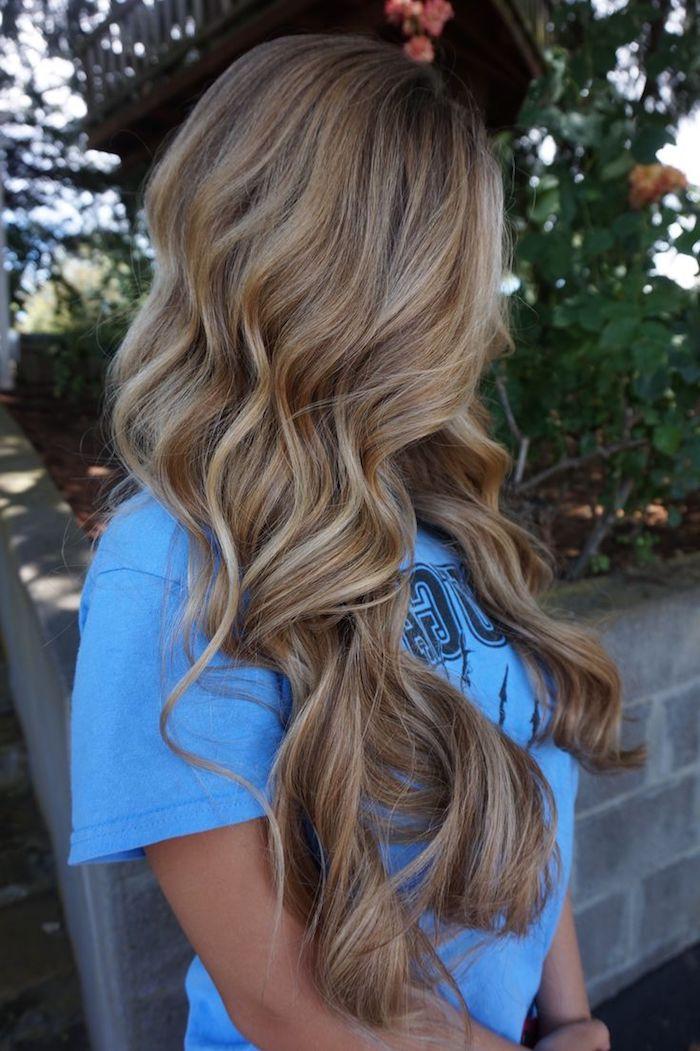 Haare aufhellen - ein Mädchen mit einer blauen Bluse im Garten, langes Haar