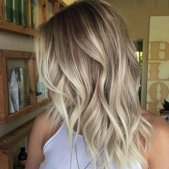 Haare aufhellen, ein Mädchen mit weißer Bluse, balayage Effekt ganz schick