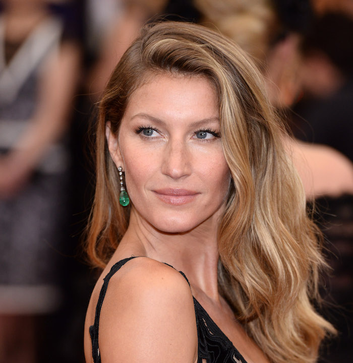 Hellbraune Haare - eine Schauspielerin, grüne Ohrringe mit schwarzem Kleid abgestimmt