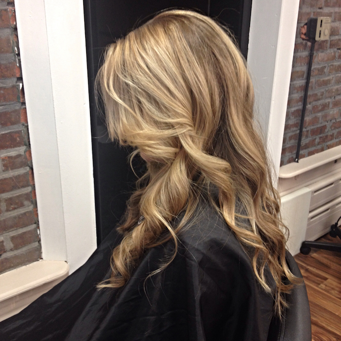 Haare aufhellen - blondes Haar, langes Haar, mit Locken und eine elegante Frisur