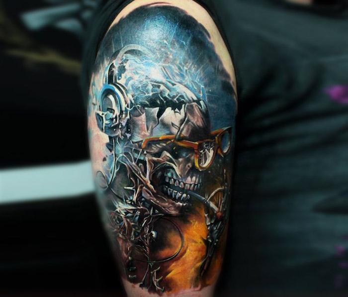 eine hand mit einem bunten blauen tattoo mit einem totenkopf aus metall und mit brille und einer zigarette