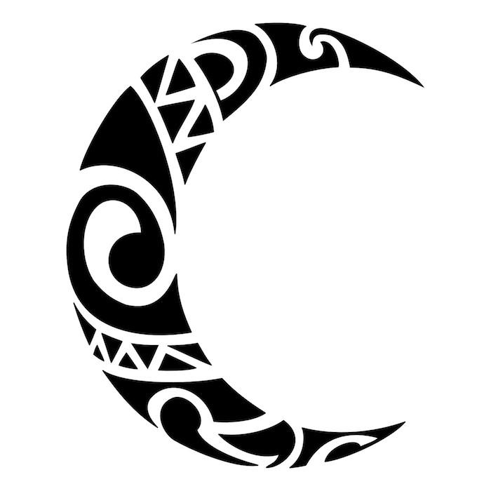 eiun maorie tattoo mit einem großen schwarzen halbmond - maori tattoo bedeutung