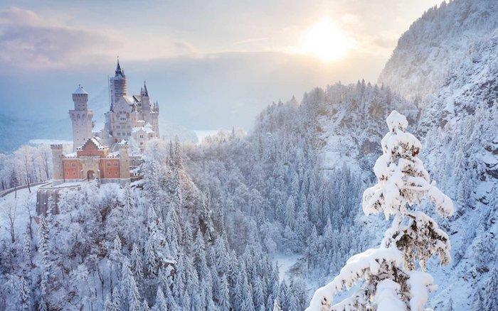 romantische winterbilder - ein schlooss mit türmen im sonnenuntergang - wald mit weißen bäumen und schnee