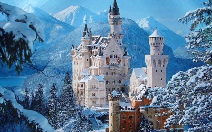 ein weißes schloss mit türmen und ein wald mit bäumen - see und berge im winter - schöne winterbilder