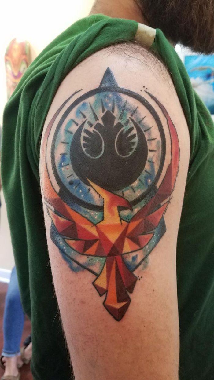 ein mann mit einem braunen bard - eine hand mit einer großen tätowierung mit einem star wars logo und mit einem orangen vogel
