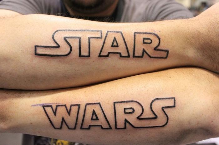 ein star wars logo - ein mann und seine zwei hände mit zwei großen star wars tattoos
