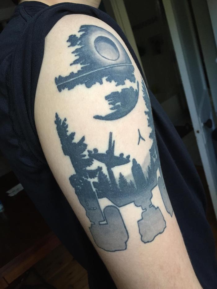 eine hand mit einem großen tattoo star wars - ein weißer roboter - ein wald mit schwarzen bäumen - darth vader und ein fliegender kleiner schwarzer raumschiff