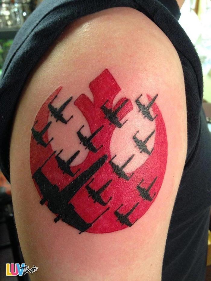 eine hand mit einer star wars tätowierung mit einem roten star wars logo und mit vielen kleinen und großen schwarzen star wars raumschiffen