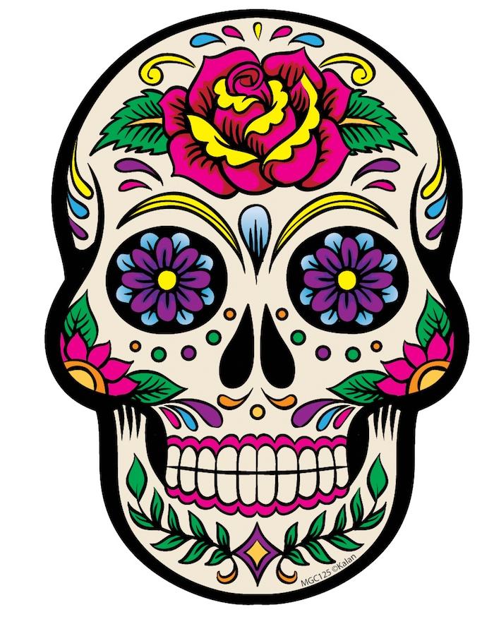 ein totenkopf mit einer großen violetten rose mit grünen blättern - mexikanischer totenkopf tattoo mit violetten blumen - totenkopf mit rosen tattoo
