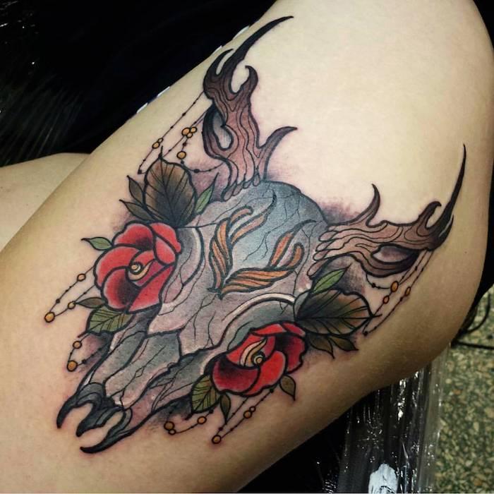 ein tattoo mit einem totenkopf eines tieres mit braunen hörnern und mit zwei roten rosen - totenkopf mit rosen tattoo, mexikanische totenmaske tattoo