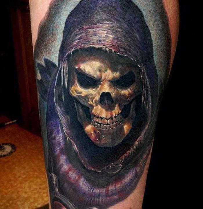 tätowierung mit einem großen weißen totenkopf mit zähnen und schwarzen augen - taotenkopf tattoo bedeutung