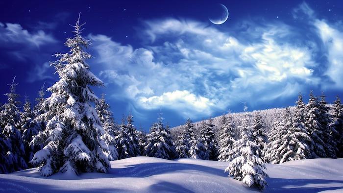romantisches winterbild mit einem blauen himmel mit vielen weißen wolken und sternen und einem großen weißen halbmond