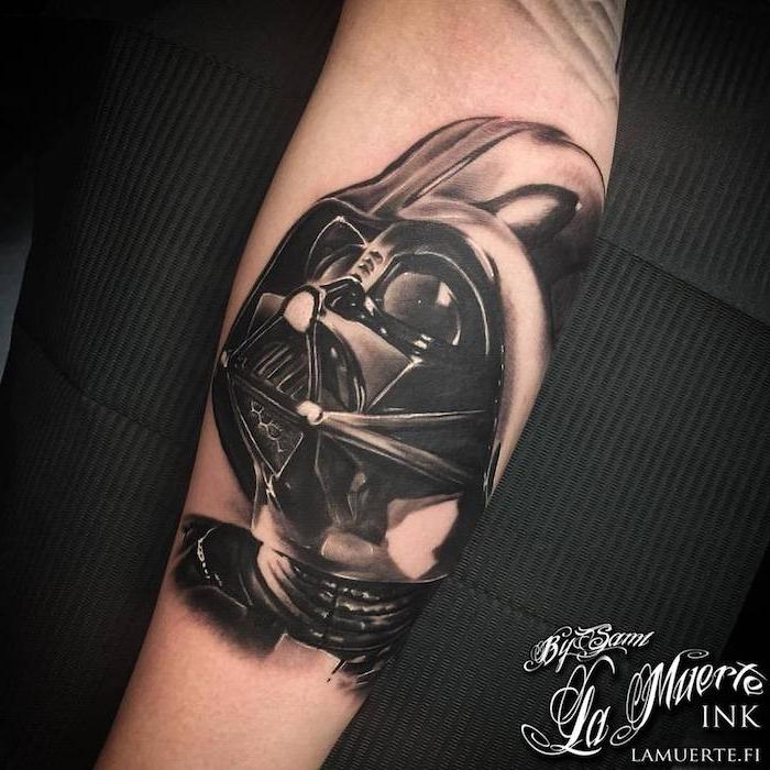 eine hand mit einem großen schwarzen star wars tattoo mit einem schwarzen darth vader mit schwarzen augen