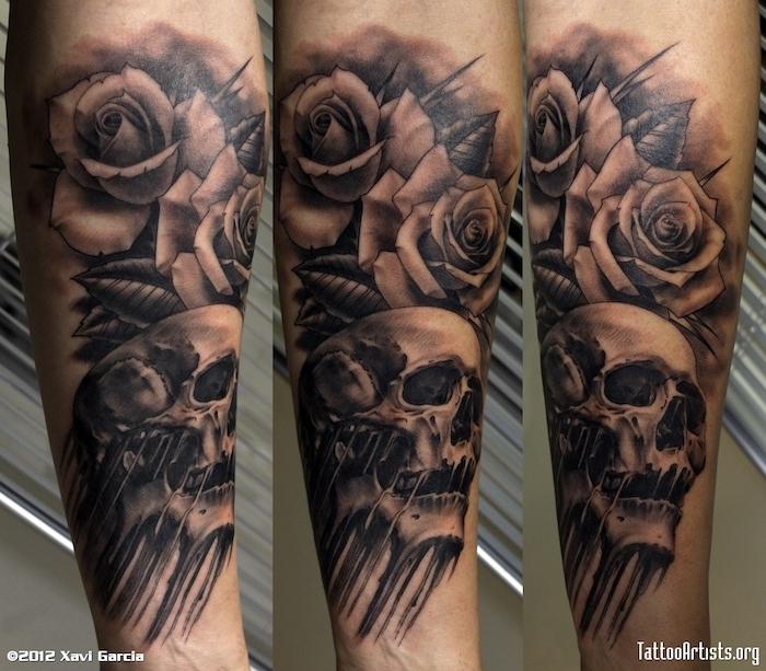 totenkopf mit rosen tattoo - eine hand mit einer großen tätowierung mit totenkopf und zwei rosen