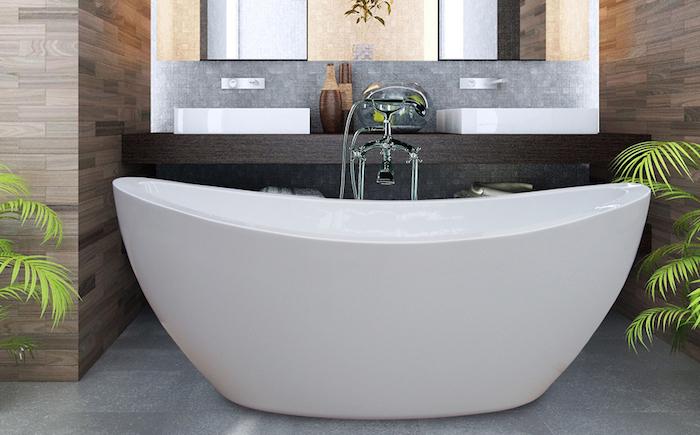 kleine weiße freistehende badewanne im badezimmer