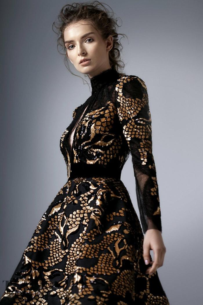 elegante Damenmode - schwarzes Tüllkleid mit goldenen Ornamenten und einem Pollo-Kragen, Kleid mit einem Schlitz an der Brust
