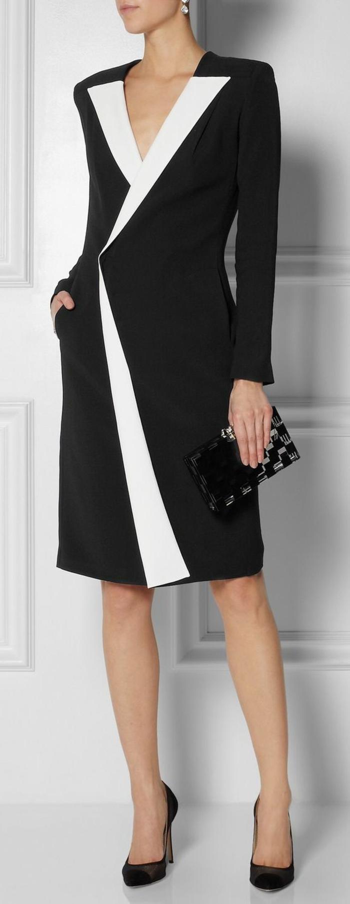 knielanges schwarzes Kleid mit schlichtem Design, mit langen geraden Ärmeln, weißem Kragen und einem V-Ausschnitt aus der Modekollektion vonn Valentino, schwarze Cocktail-Handtasche ohne Henkel, Absatzschuhe aus Velours in zwei Farben, Designer Kristall-Ohrringe