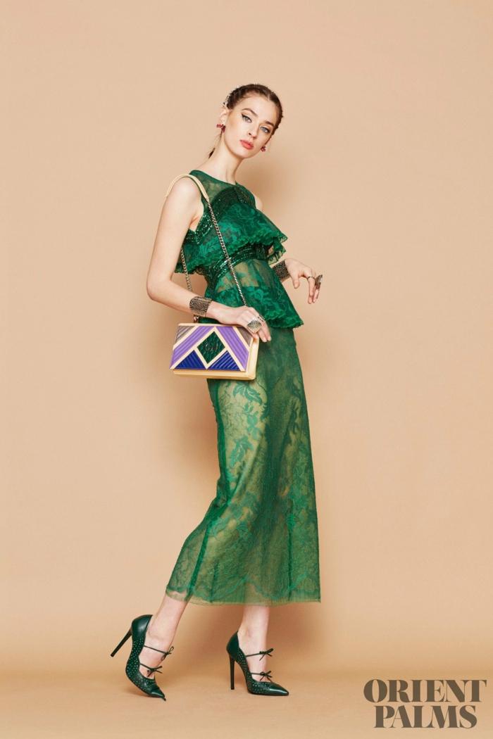Dunkelgrünes Spitzenkleid mit Perlen verziert, grüne High Heels und bunte Clutch, elegantes Outfit