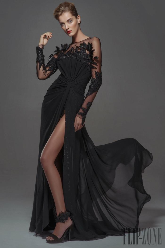 Schwarzes Abendkleid mit Schlitz und langer Schleppe, Kleid mit langen Ärmeln, schwarze High Heels