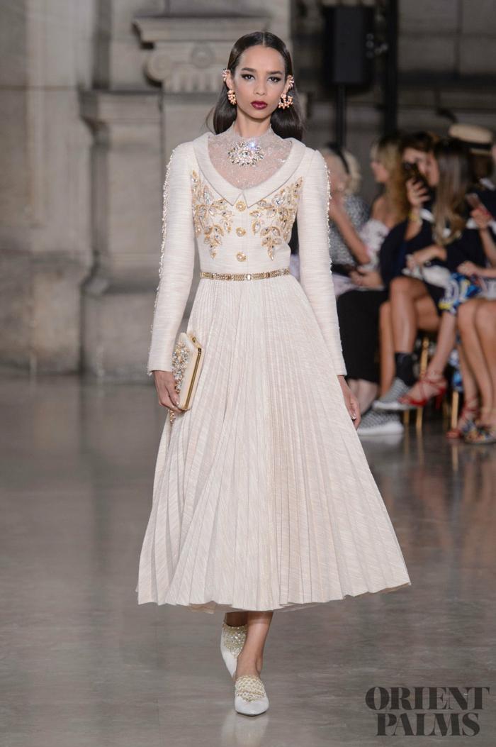 Elegantes Kleid in Cremeweiß mit langen Ärmeln und goldenem Gürtel, Outfit für besondere Anlässe