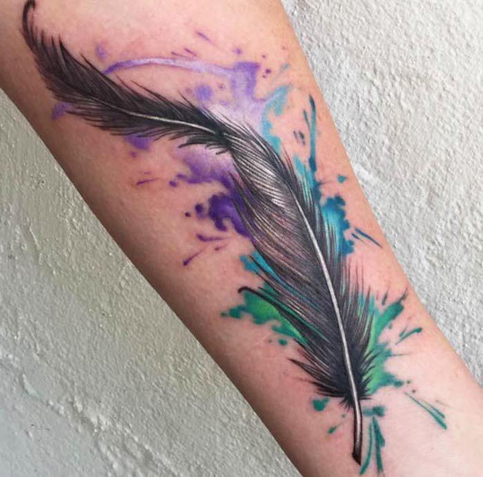 realistisches federn tattoo, wasserfarben tattoo am bein