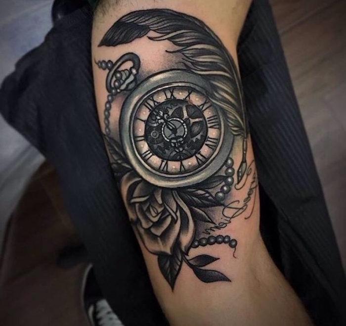 feder symbol, kompass tattoo in kombination mit rose und feder