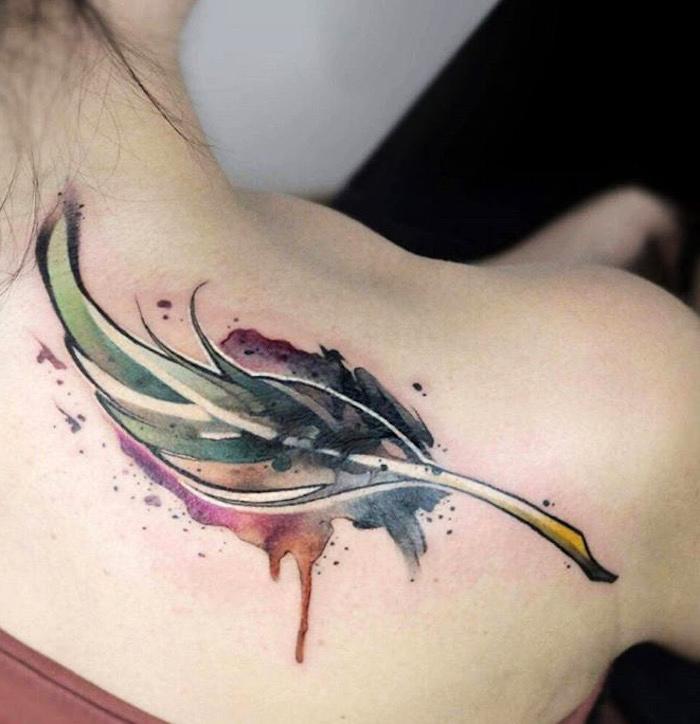tattoo feder bedeutung, schulter tätowieren, tattoos für frauen
