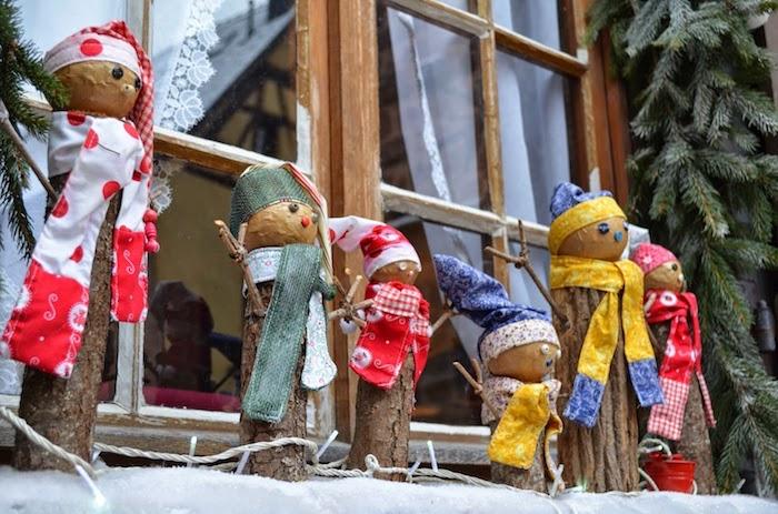 fensterdeko zu weihnachten süße männchen rot weiß gelb bekleidung willkommen zu hause