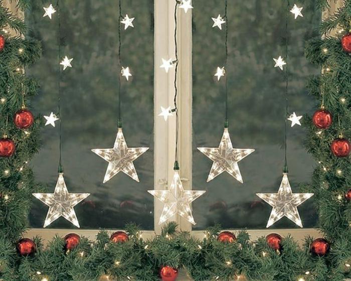 Fenstersims mit Nadelbaumzweigen und roten Tannenbaumkugeln dekorieren, Fenster-Lichterkette mit kleinen und großen LED-Sternen