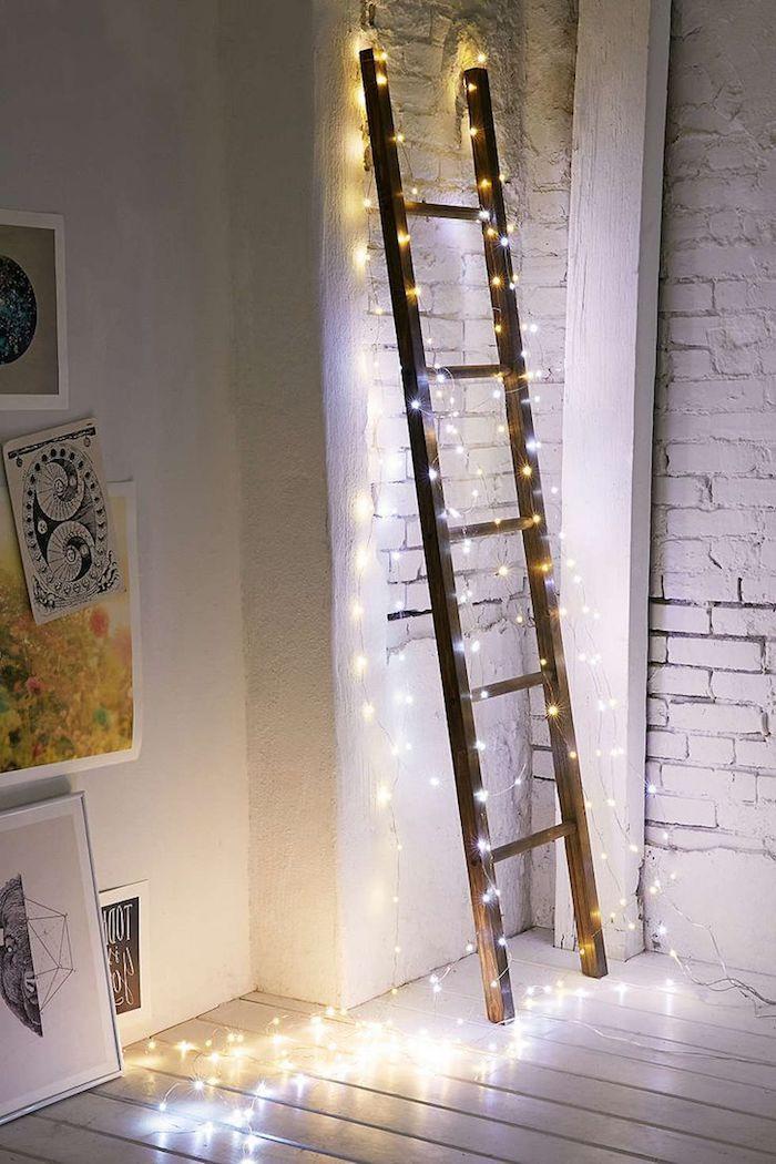 fensterdeko zu weihnachten leiter mit lichter bedeckt schöne idee für außendeko lichter ledlichter