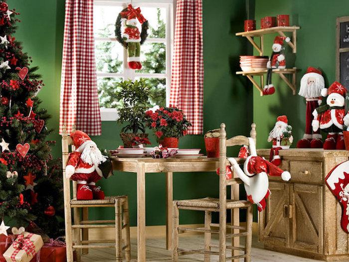 fensterdeko zu weihnachten weihnachtskranz mit einem schneemann sitzend darauf stühle weihnachtsmann hölzerne möbel