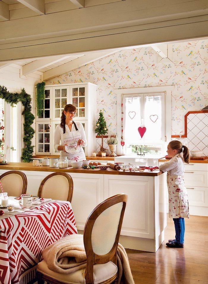 fensterdeko zu weihnachten selber machen mama und tochter bereiten deko und kekse vor schöne fensterdeko mit herzchen