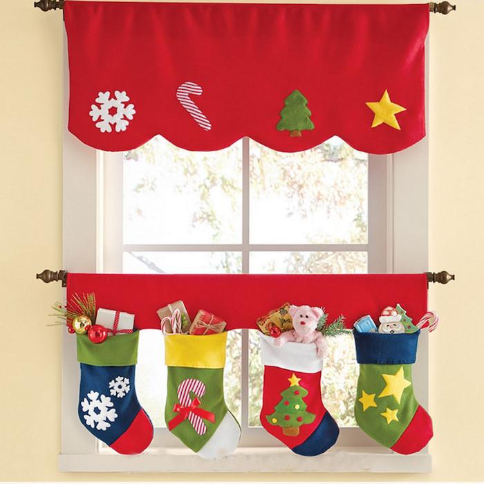 fensterdeko ideen zum gestalten socken am fenster schneeflocken geschenkideen rote farbe kinderzimmer deko