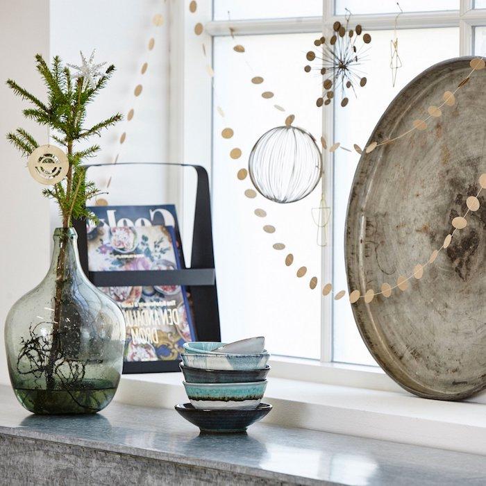 fensterdeko basteln dekorative elemente am fenster tablett verziert mit perlen deko vase voll mit zweigen