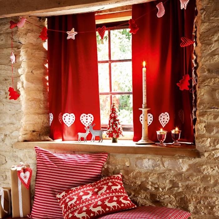 fensterdeko rote vorhänge weiße herzchen kissen design idee bunte gestaltung weiße kerze steinwand dekorieren