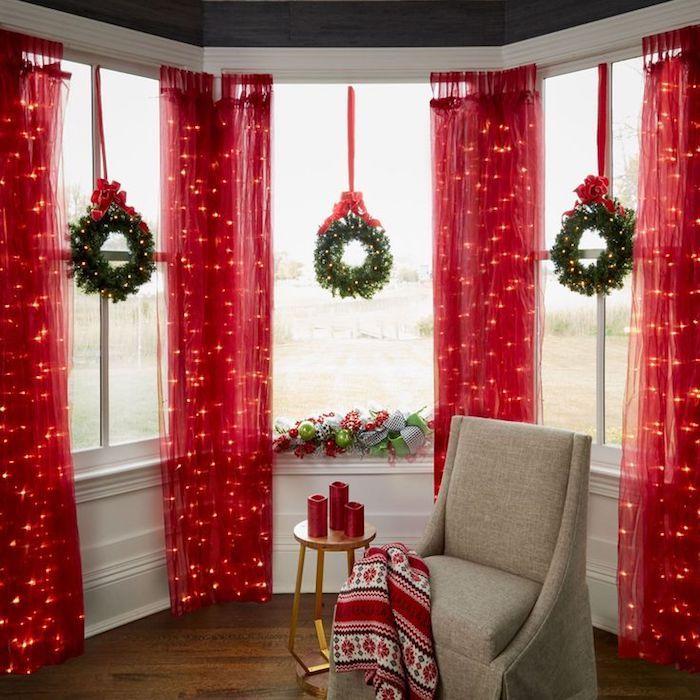 weihnachtliche deko rote vorhänge mit leuchtenden elementen drinen schöne deko in rot rote kerzen weihnachtskranz x 3