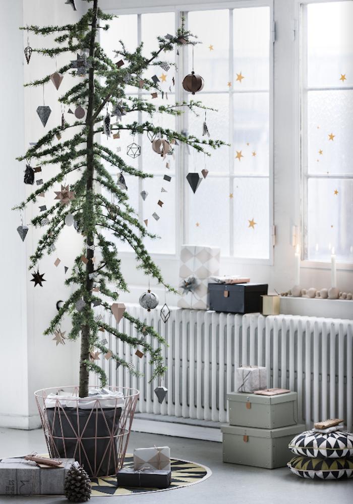 fensterdeko zu weihnachten ideen zur gestaltung weihnachtsbaum in topf deko sterne am fenster