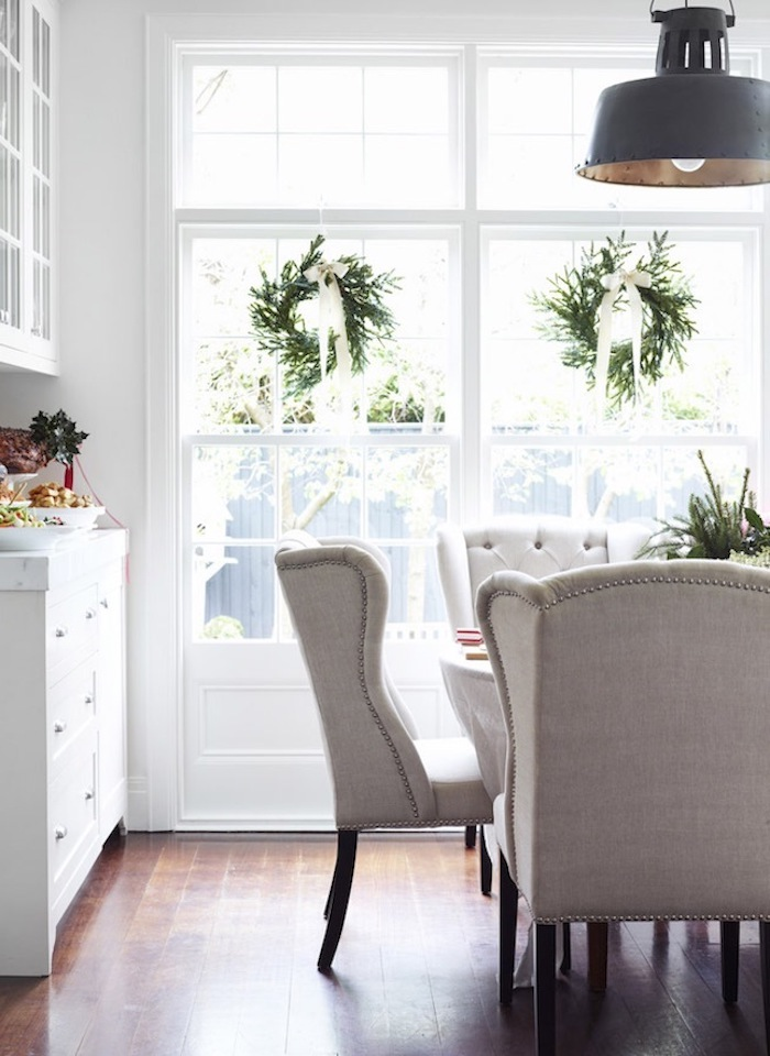 fensterdeko zum hellen und schönen zuhause sessel stühle tisch deko idee zwei kränze