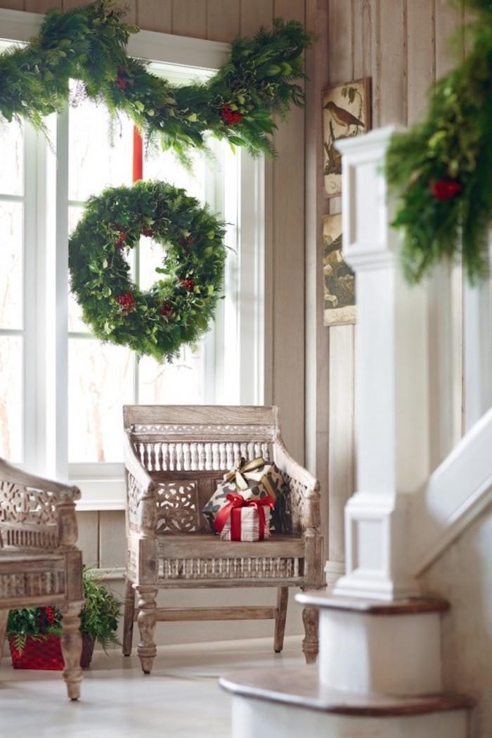 fensterdeko weihnachten weihnachtskranz grün deko ideen sessel geschenke geschenkideen weiß holz