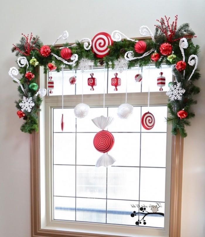 fensterdeko weihnachten grüne zweige rund um das fenster fenster design deko ideen mit fröhlicher verzierung