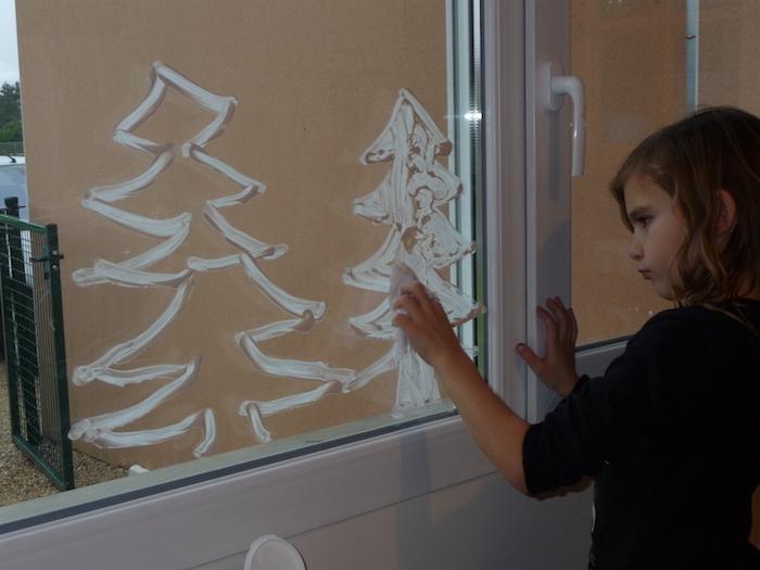 fensterdeko weihnachten lassen sie die kinder selber die fensterdeko zu weihnachten gestalten mit den fingern am fenster schreiben