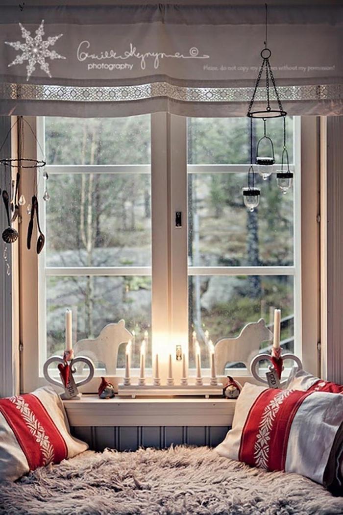 fensterdeko weihnachten kissen in weiß und rot deko ideen weiße led kerzen hängende kerzen