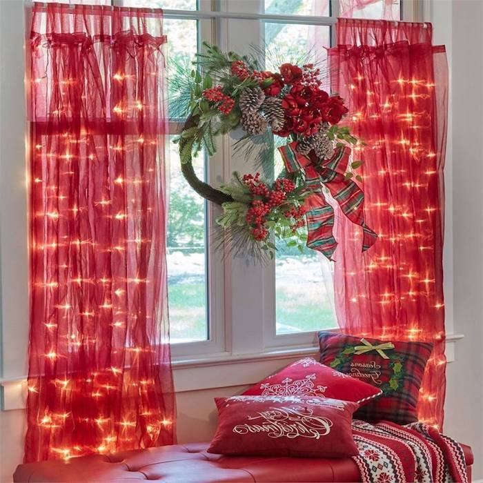 weihnachtliche deko rote vorhänge speziell zu weihnachten glänzende idee mit kleinen lichtern rote kissen kranz
