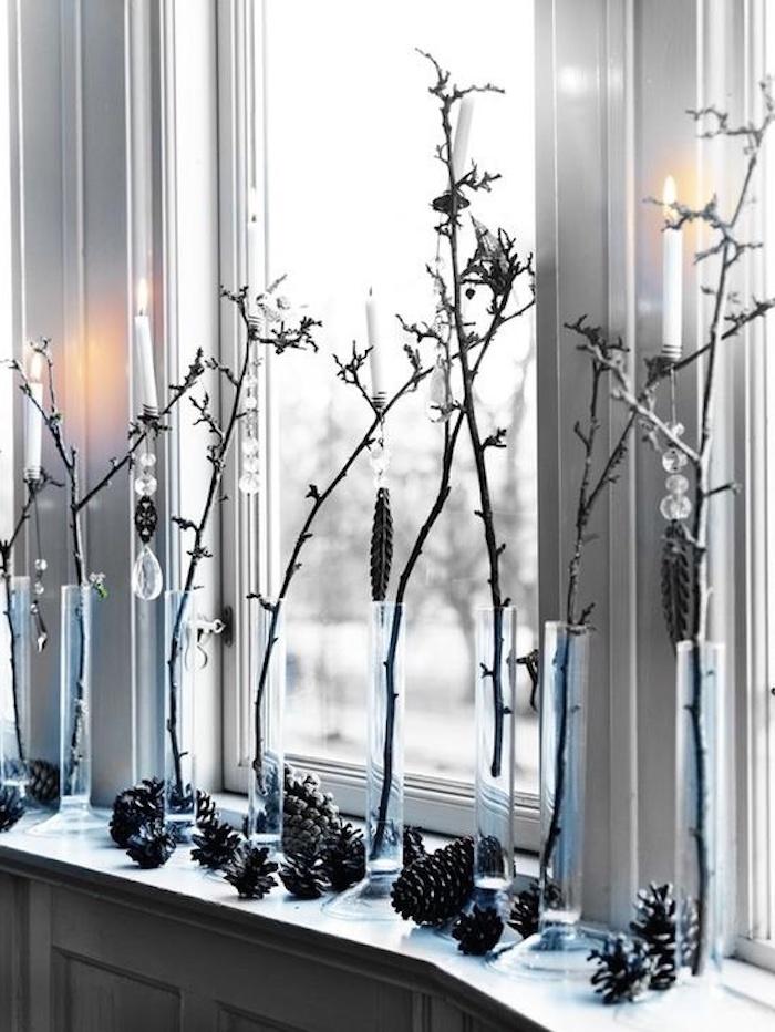 fensterdeko weihnachten weiß und blau deko ideen am fenster zapfen glaskugeln kugel ideen