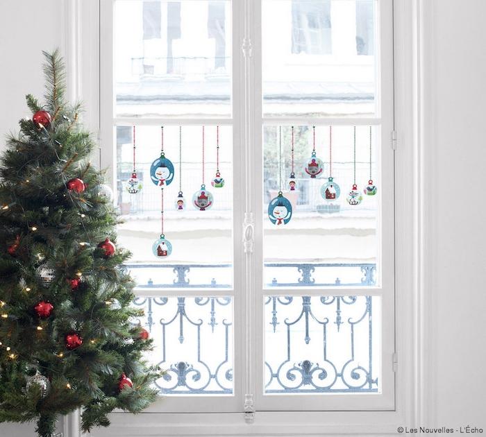 weihnachtsdeko fenster weihnachtsbaum geschmückt verzierung rote kugel glänzend fensterdeko