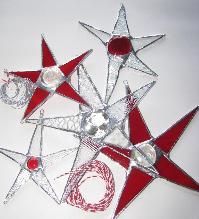weihnachtsdeko fenster sterne rot und silbern glänzend design ideen rotes design